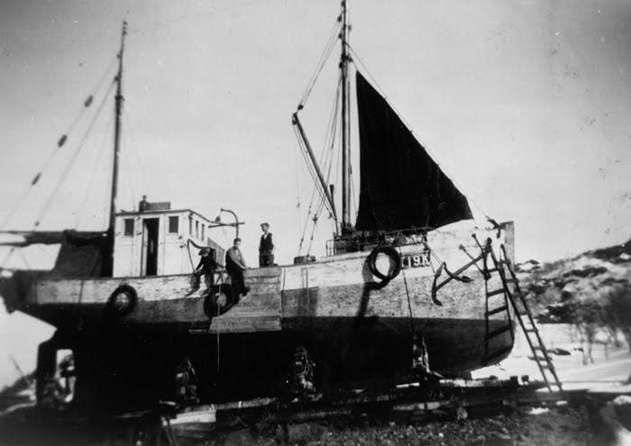 Bilder er tatt ca. år 1940 på Einarsen slippen, Skjervøy-vågen